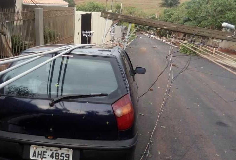 'Foi um grande susto', diz moradora que teve carro atingido por poste durante temporal