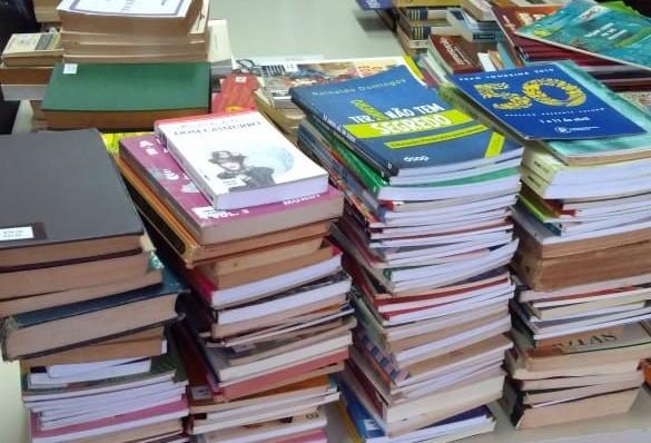 """Prefeitura já arrecadou 400 livros para """"Geladoteca"""""""