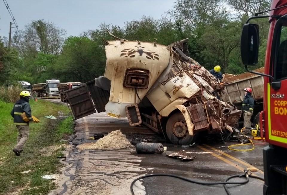 Dois motoristas morrem em colisão frontal entre caminhões na PR-082