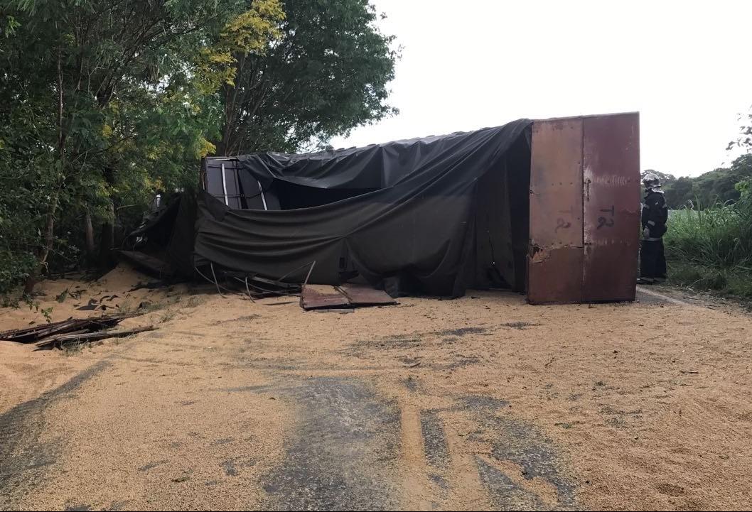 Motorista morre após caminhão tombar na PR-317