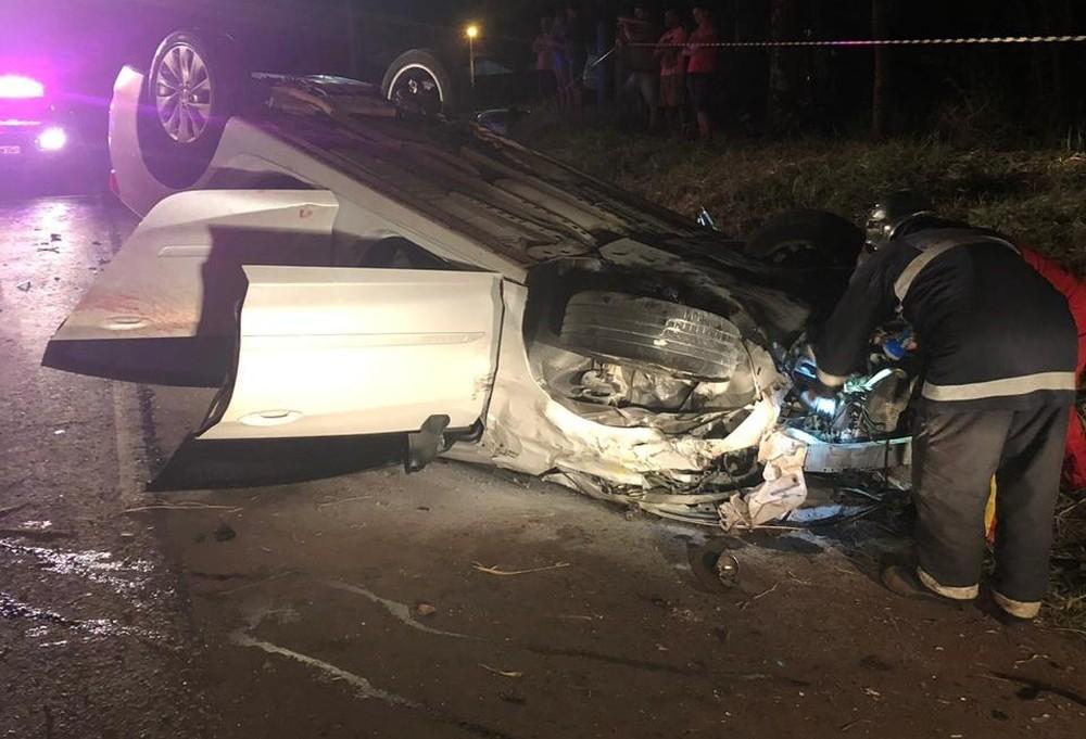 Durante perseguição, viatura da PM bate em carro e pega fogo