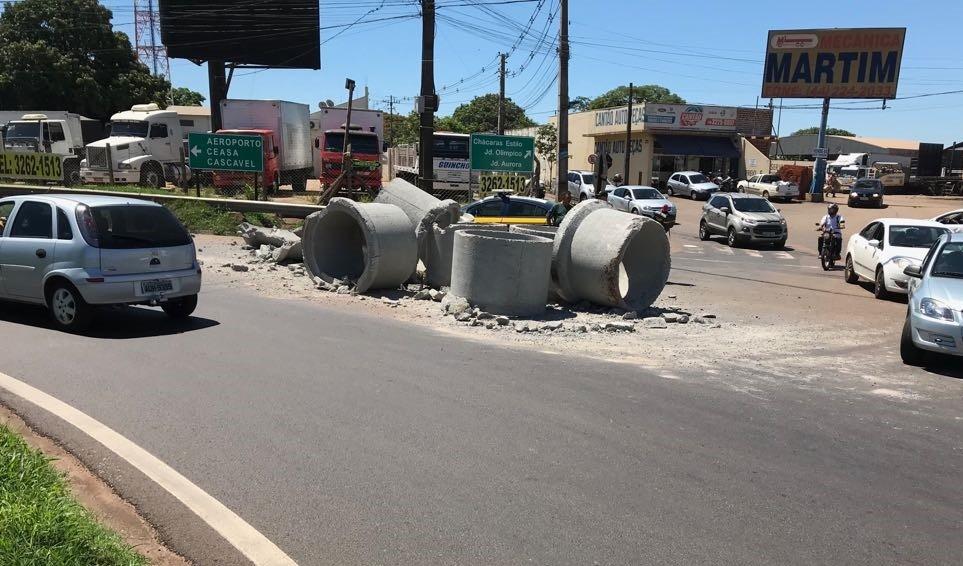 Queda de tubos de concreto congestiona trânsito em rotatória da Avenida Colombo