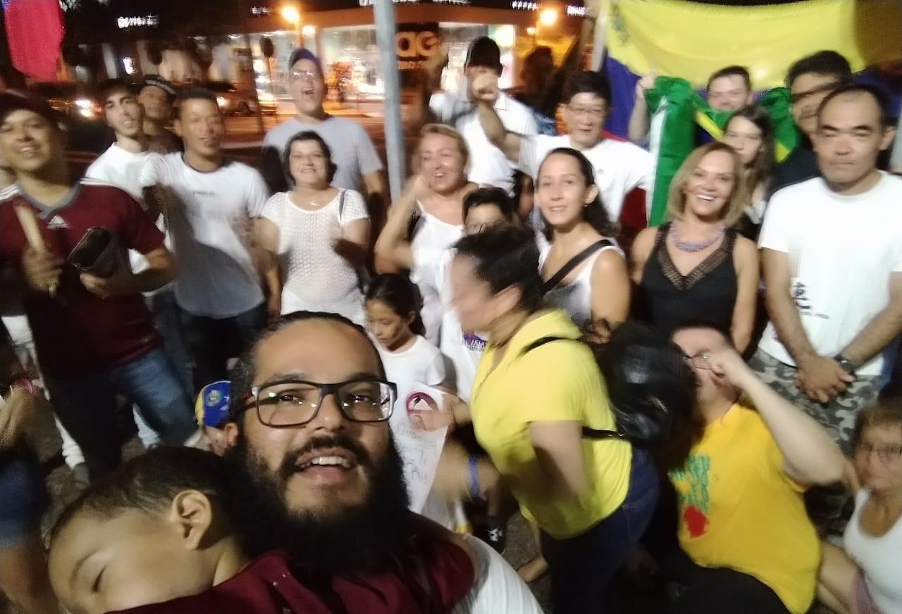 Venezuelanos protestam contra Maduro e comemoram Juan Guaidó