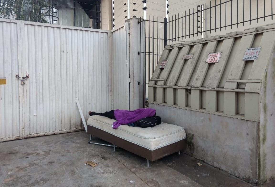 Morador de rua é flagrado dormindo em cama na rua Santos Dumont