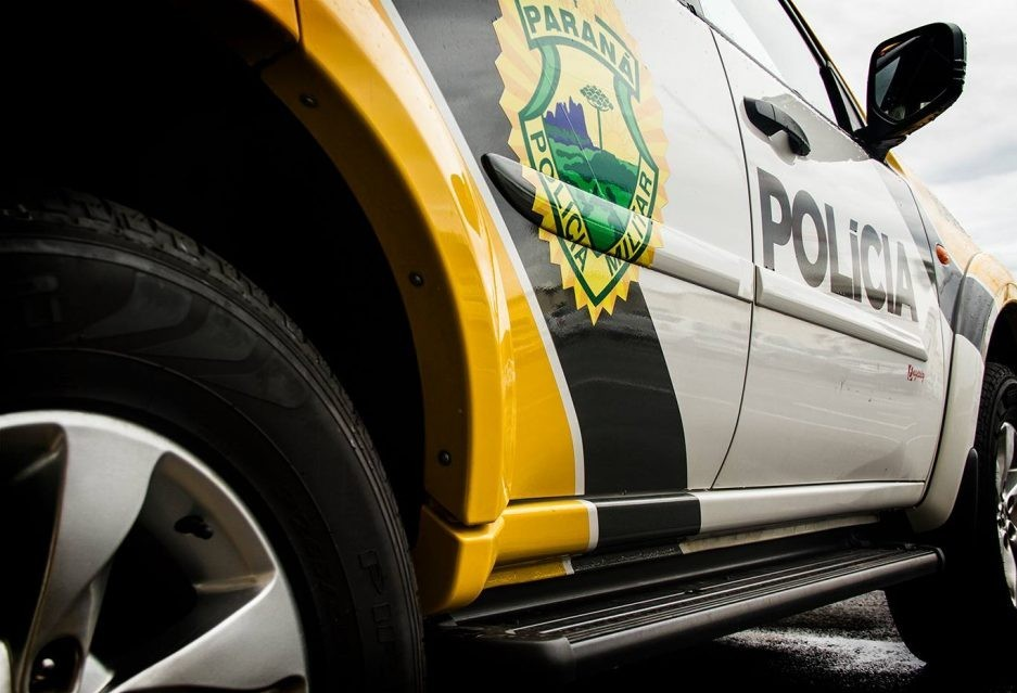 Motorista joga caminhonete para cima de policiais, que atiram em pneus