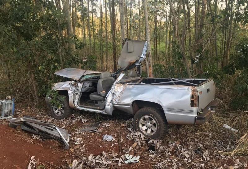 Adolescente de 17 anos é ejetado de caminhonete após capotamento