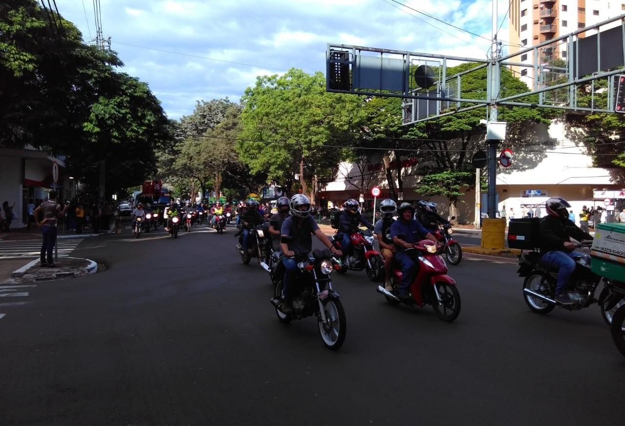 Motociclistas e caminhoneiros fazem carreata no centro de Maringá