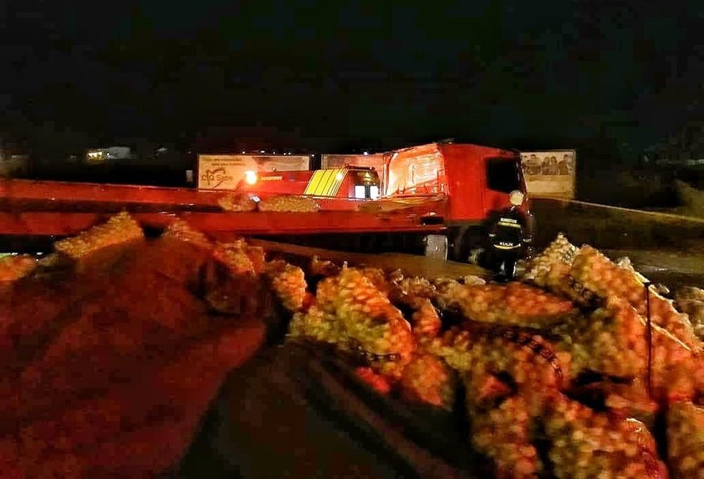 Caminhão carregado de batatas tomba no Contorno Sul em Maringá