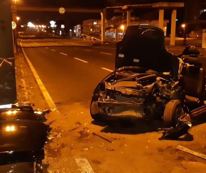Avenida Colombo: carro bate em poste e motorista fica gravemente ferido