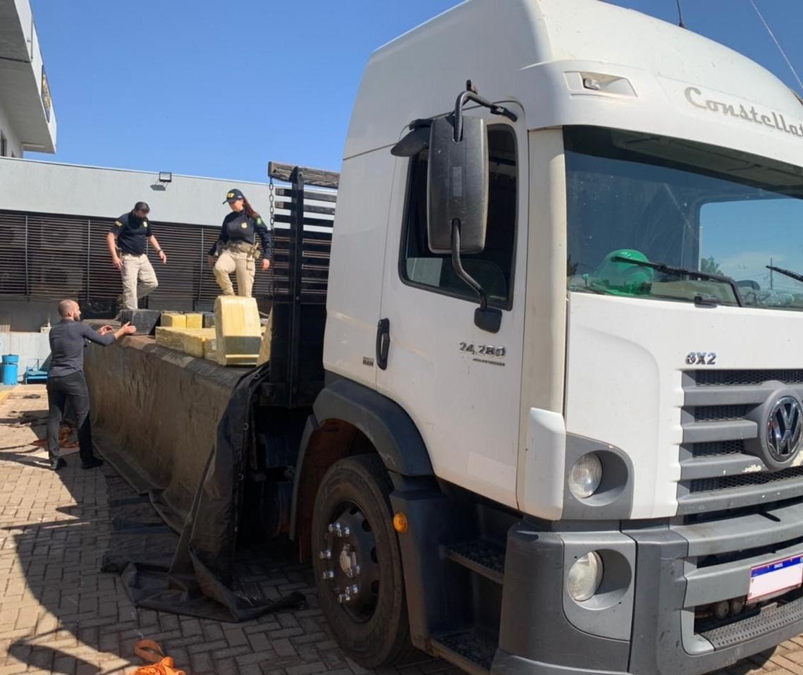 PRF apreende três toneladas de maconha em caminhão roubado