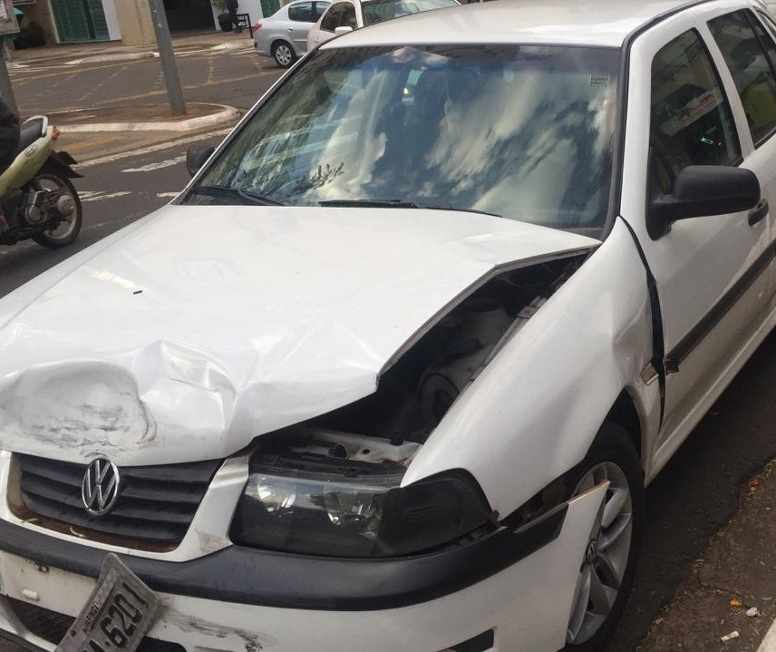 Motorista fica ferida em acidente na Avenida Santos Dumont