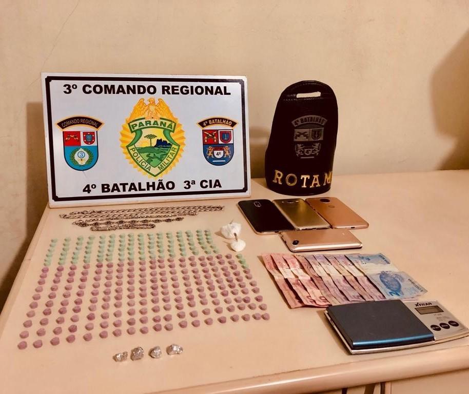Polícia prende adulto e apreende três menores por tráfico de drogas