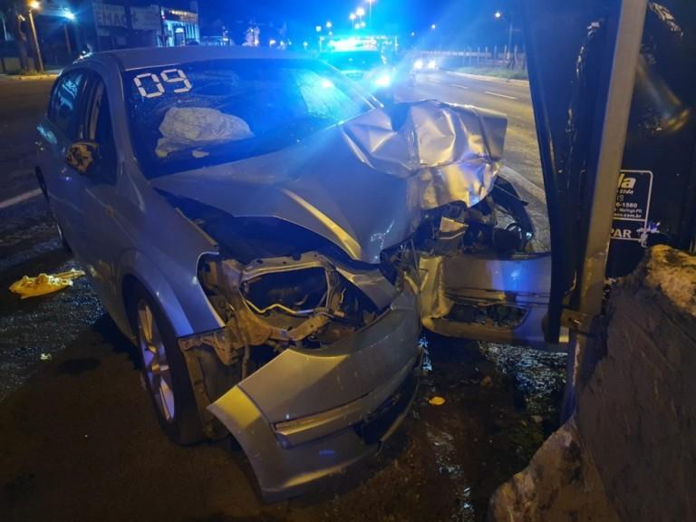 Motorista com CNH cassada até 2022 fica gravemente ferido em acidente na Av. Colombo