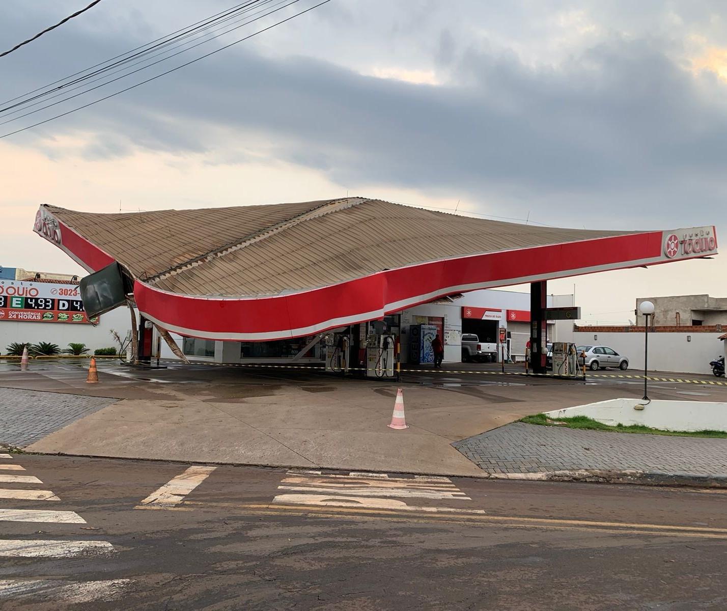Temporal entorta teto de posto de combustível