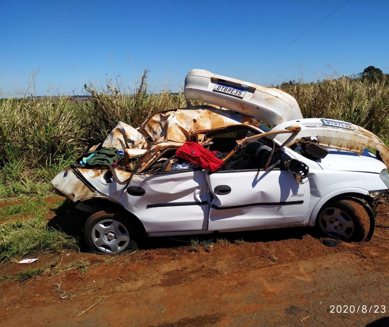 Carro é alvo de tiros na rodovia, capota e um passageiro morre