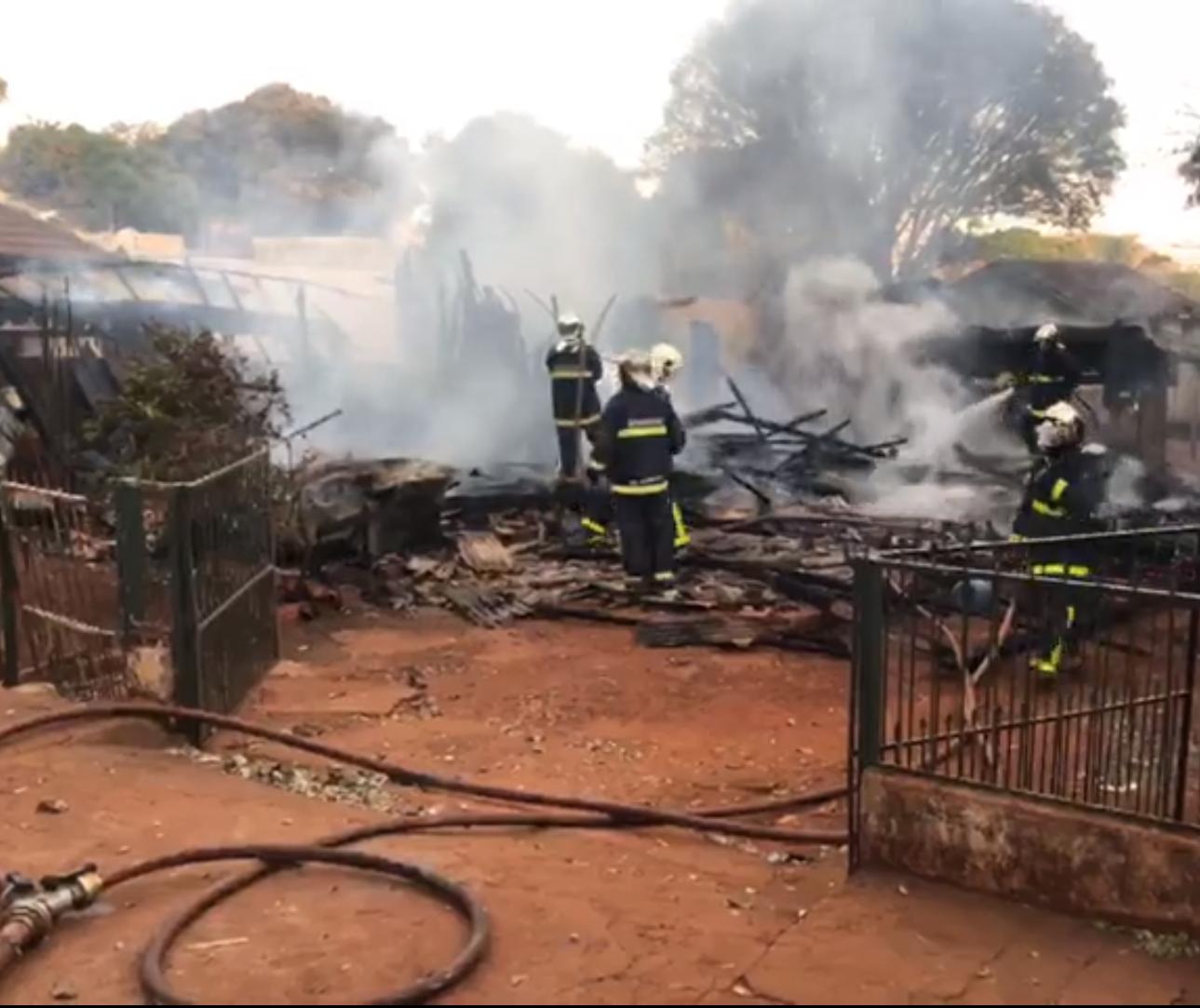 Casa de madeira é destruída por incêndio