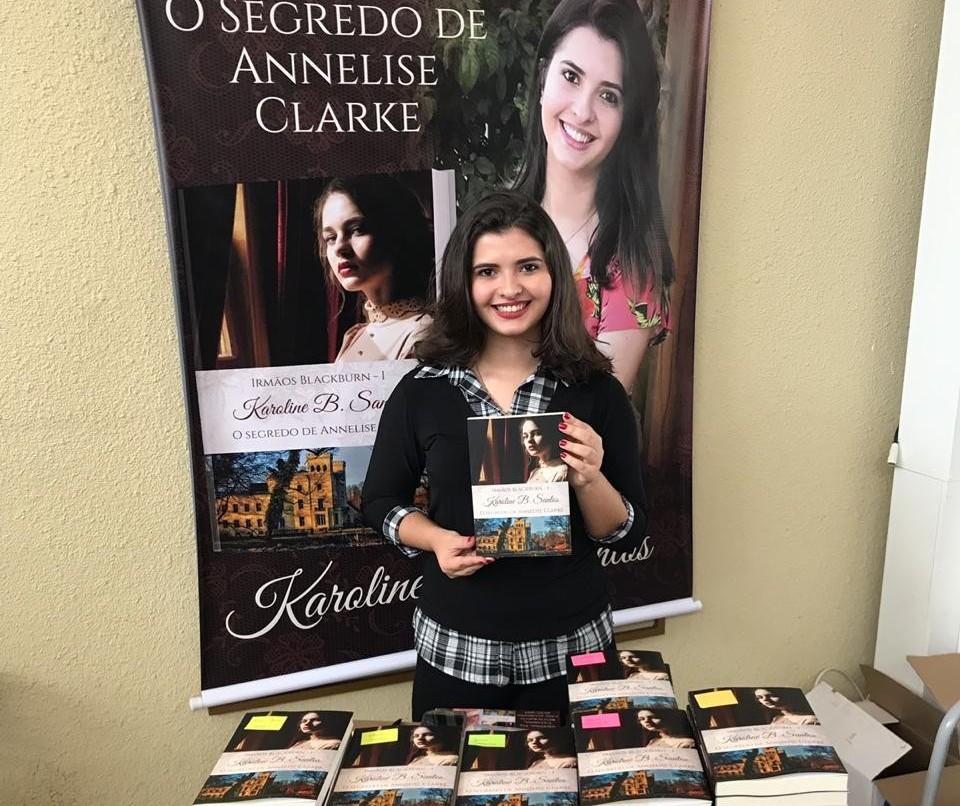 Aos 20 anos, autora maringaense publica terceiro livro