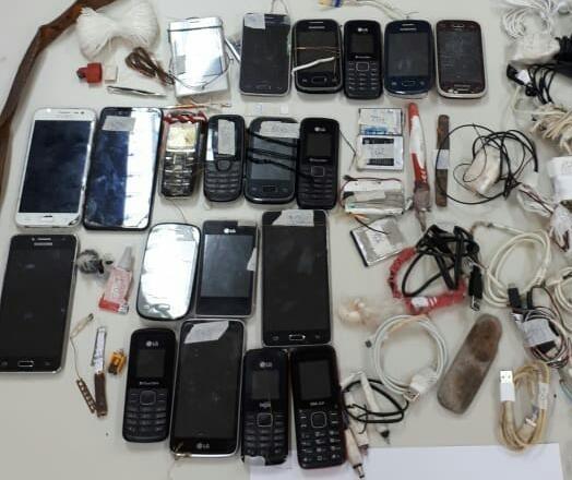 Operação integrada apreende 23 celulares na Penitenciária Estadual