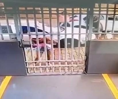 Carro fura pneu e policial salva bebê engasgado em Sarandi