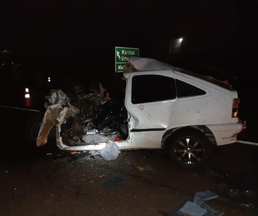 Três morrem após carro colidir contra ônibus na BR-376, em Marialva
