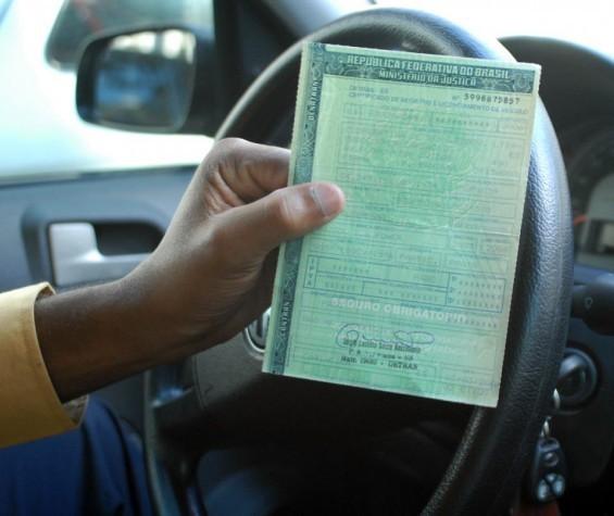 Polícia flagra homem recebendo sete documentos falsos de veículos