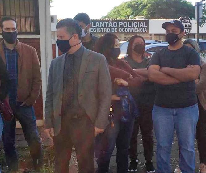 Vítimas de golpe do consórcio fazem manifestação em frente à delegacia em Maringá