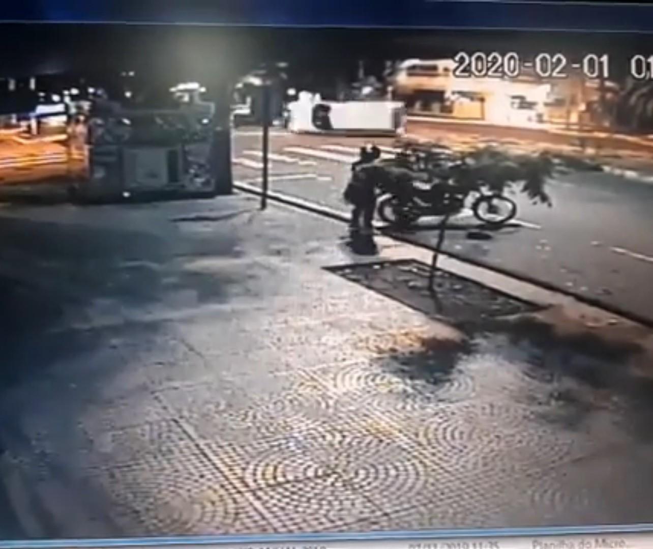 Ambulância tomba em acidente no centro de Maringá