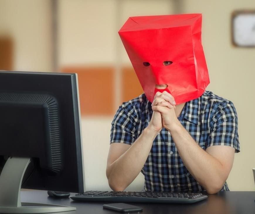 Tímidos e inseguros podem ter dificuldade em manter na vida real a imagem que passam na internet