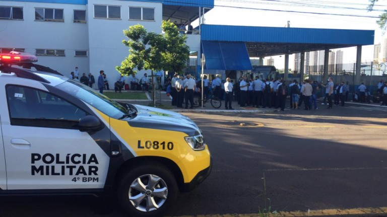 Motoristas da TCCC se concentram em frente à garagem da empresa