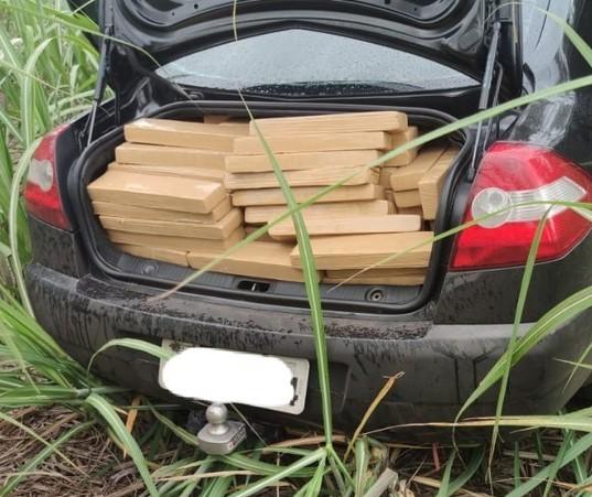 Polícia encontra 640 kg de maconha em veículo abandonado