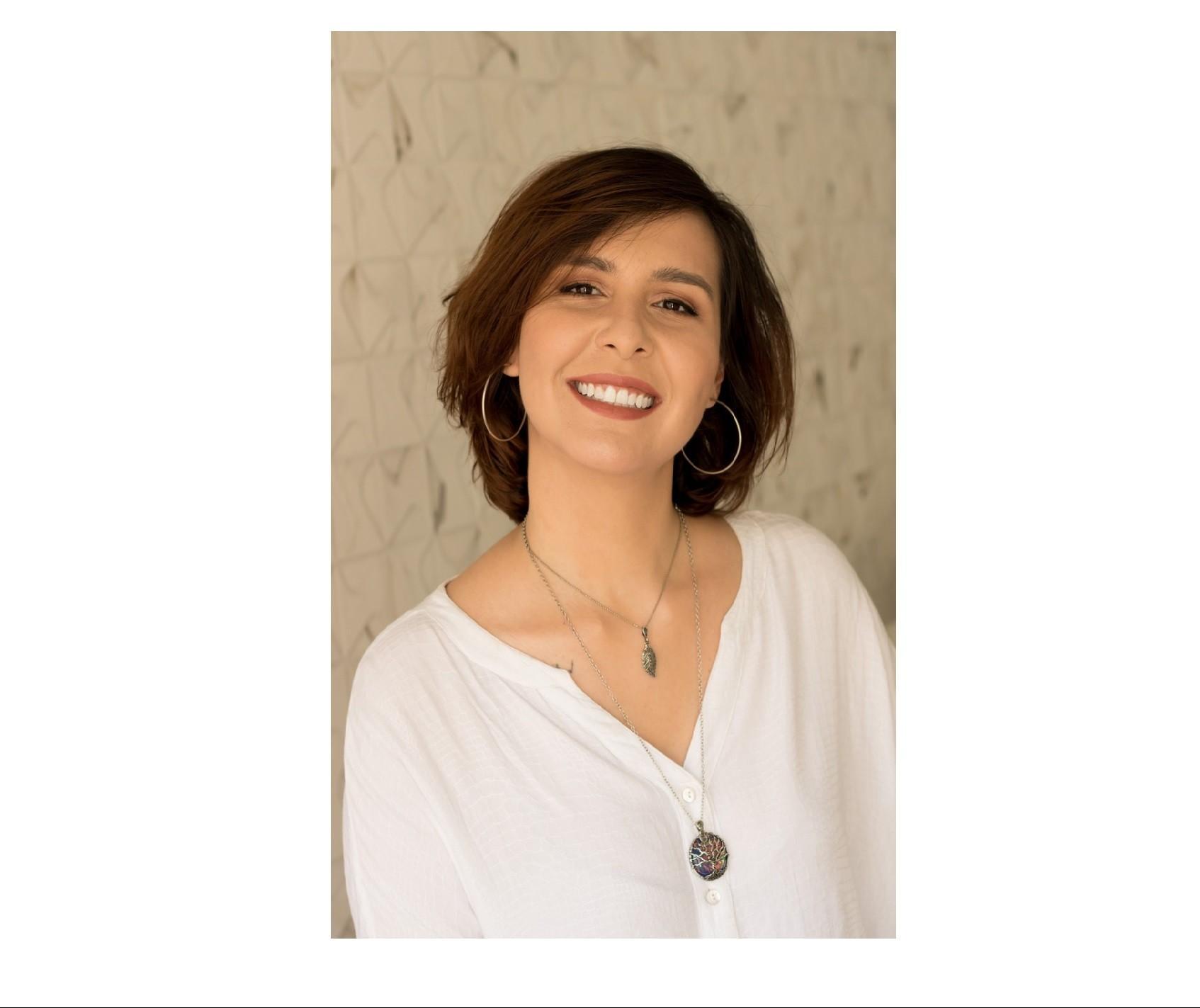 """Escritora lança livro """"A mulher que ri"""" na biblioteca centro"""