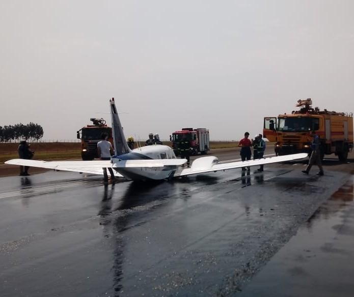 Avião sem trem de pouso faz aterrissagem de emergência no aeroporto de Maringá