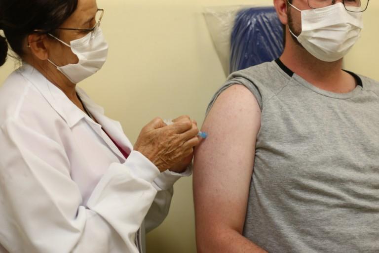 País tem estrutura para vacinar, só não pode politizar a imunização