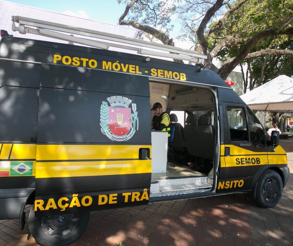 Posto móvel faz consultas de CNHs e de veículos ao lado da prefeitura