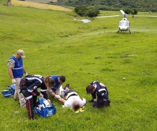 Helicóptero é usado em resgate na zona rural