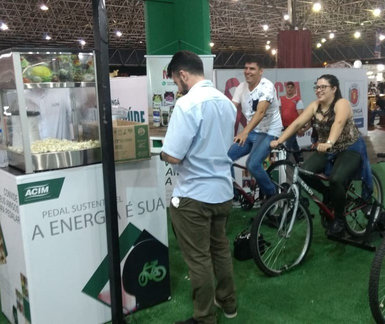 Atração na Expoingá estimula visitantes a pedalar em troca de pipoca