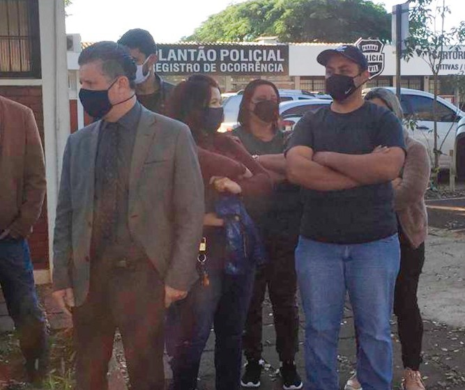 Vítimas de empresa de consórcio protestam em frente à delegacia de Maringá