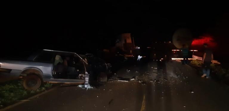 Condutor morre após carro bater contra veículo e depois em caminhão na PR-492