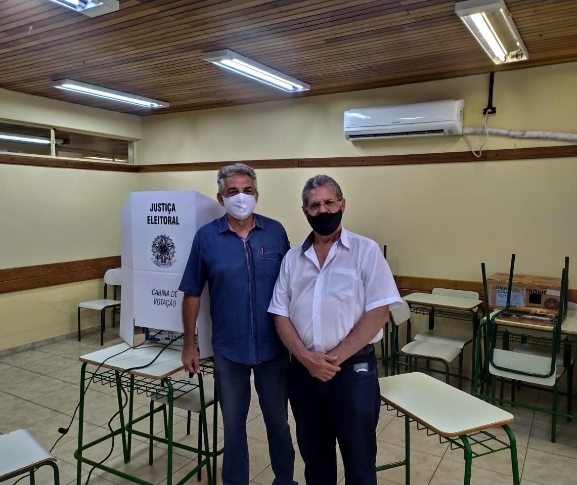 Candidato Valdir Pignata vota na Unidade Polo