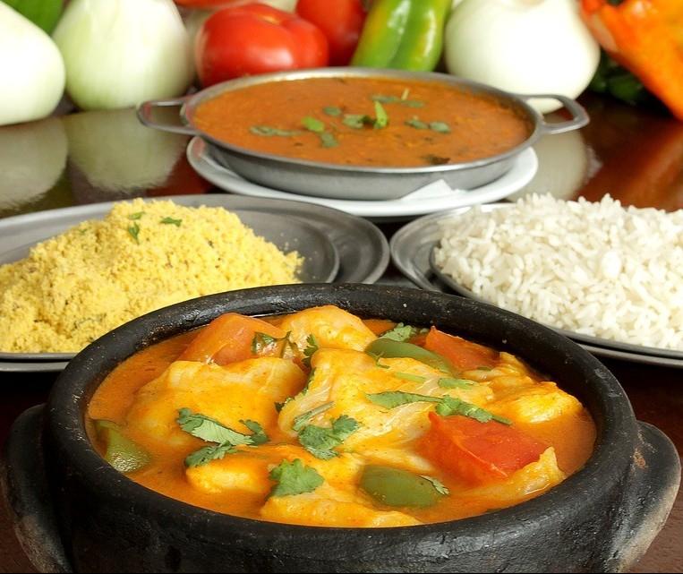 Moqueca baiana é servida com pirão e arroz