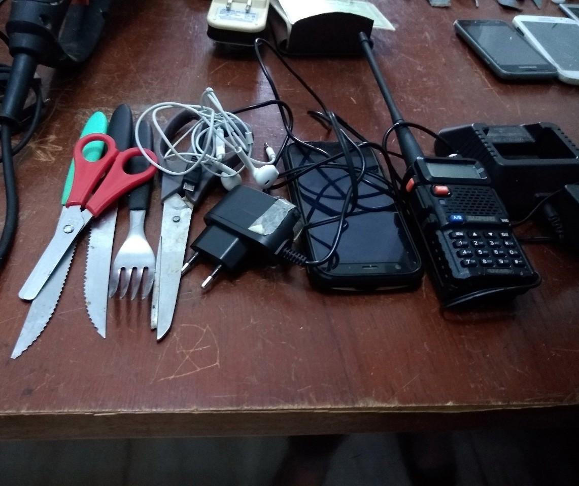 Celulares, facões e rádio comunicadores são apreendidos em carceragem da delegacia