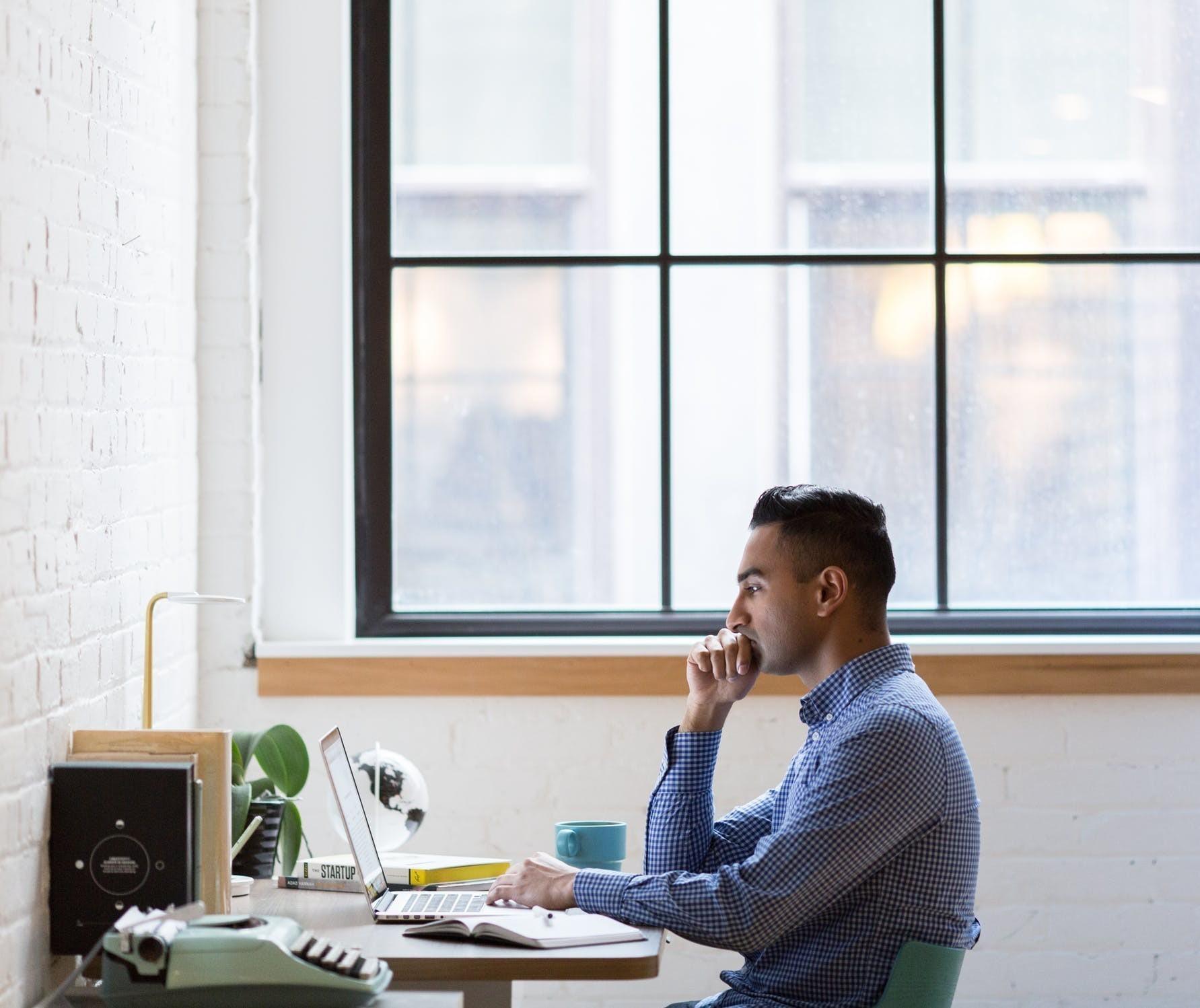 62% dos brasileiros ficaram mais estressados com o trabalho no home office, diz estudo do LinkedIn