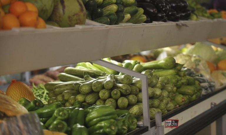 Excesso de chuva atrasa colheita de hortaliças em Maringá