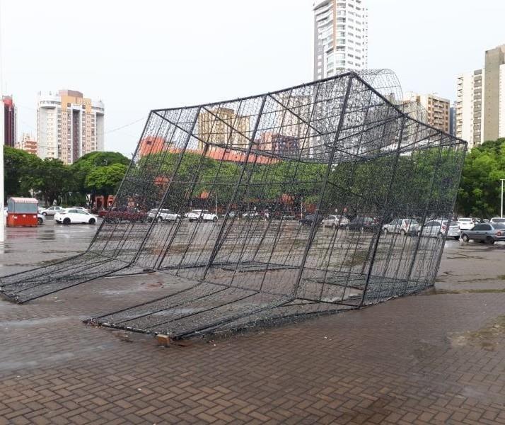 Rajada de vento chega a 62 km/h e provoca estragos em Maringá