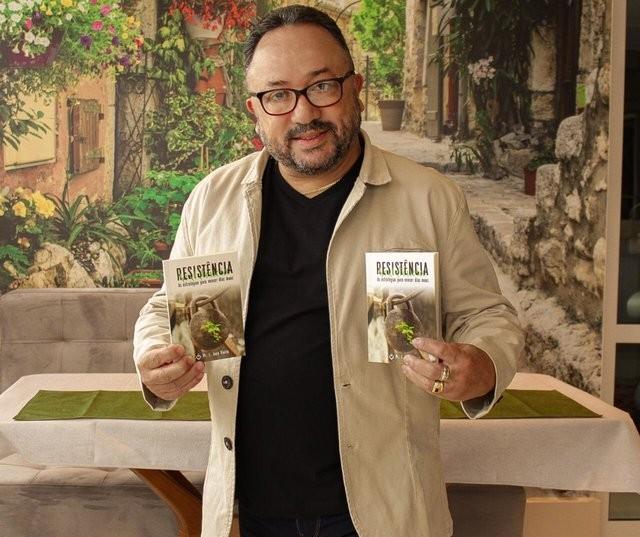 Pastor escreve livro sobre como vencer dias difíceis e distribuirá 100 mil exemplares