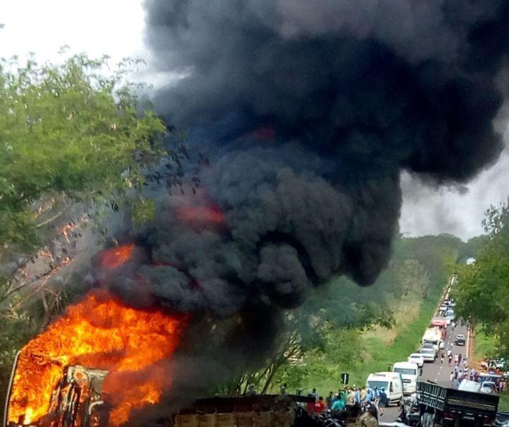 Duas pessoas morrem e 11 ficam feridas em acidente entre ônibus e caminhão na PR 082