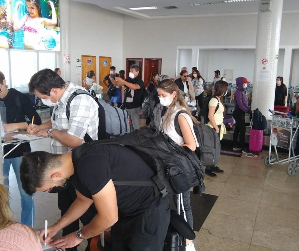 Passageiros são obrigados a preencher ficha quando chegam ao aeroporto de Maringá