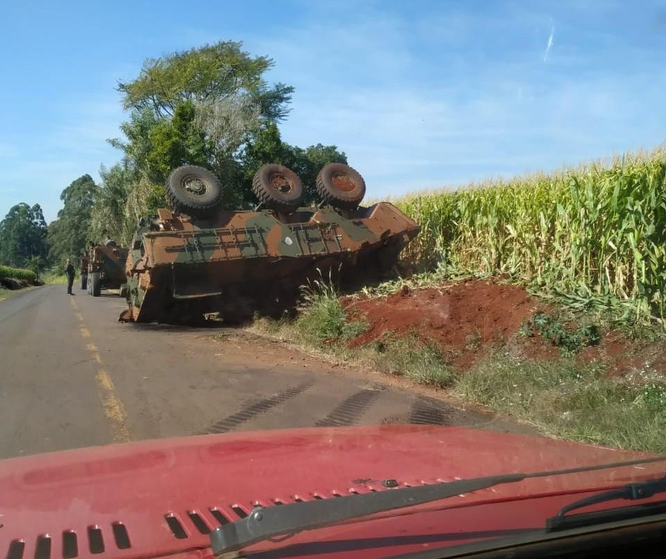 Tanque de guerra do Exército capota ao desviar de carro, em Apucarana