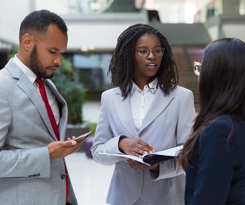Para combater o preconceito, empresas investem em diversidade