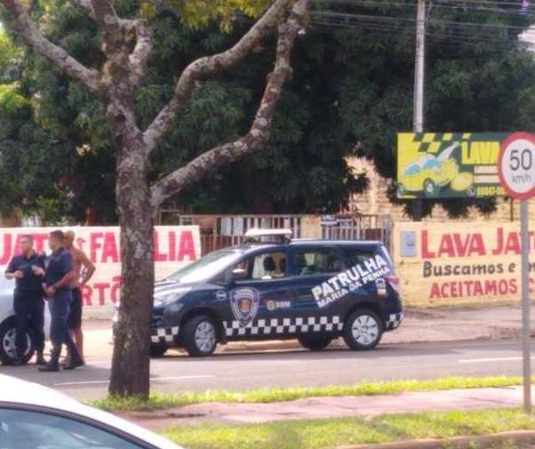 Fiscalização fecha lava jato na Avenida Pedro Taques, em Maringá